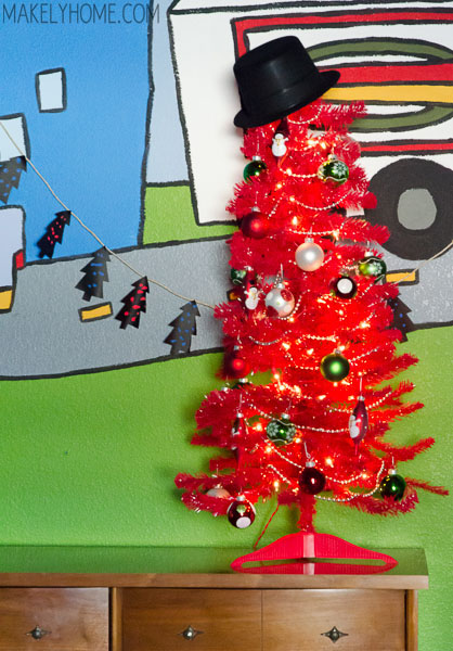 easy Christmas garland for the kids to decorate via MakelyHome.com