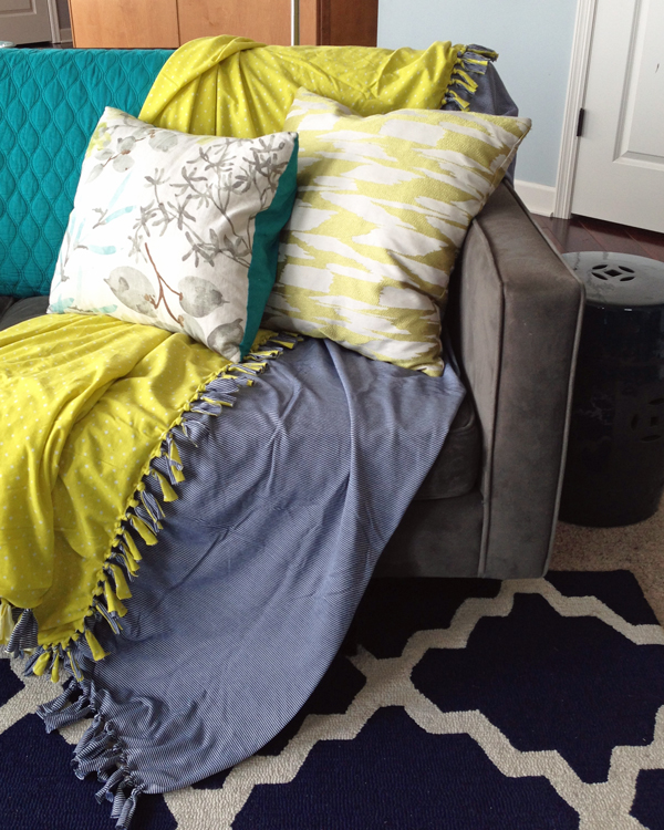 How to make an easy no-sew summer throw blanket | Teal & Lime for makelyhome.com